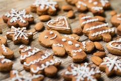 Μπισκότα Χριστουγέννων σε ξύλινο Στοκ Φωτογραφίες