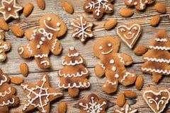 Μπισκότα Χριστουγέννων σε ξύλινο Στοκ φωτογραφία με δικαίωμα ελεύθερης χρήσης