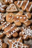Μπισκότα Χριστουγέννων σε ξύλινο Στοκ εικόνα με δικαίωμα ελεύθερης χρήσης