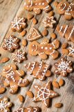 Μπισκότα Χριστουγέννων σε ξύλινο Στοκ φωτογραφίες με δικαίωμα ελεύθερης χρήσης