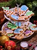 Μπισκότα Χριστουγέννων στην τοποθετημένη στη σειρά στάση μπισκότων κάτω από τους κλάδους έλατου Στοκ φωτογραφία με δικαίωμα ελεύθερης χρήσης