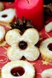 Μπισκότα Χριστουγέννων στο υπόβαθρο με ένα κερί Στοκ Εικόνες
