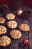 Μπισκότα Χριστουγέννων τσιπ σοκολάτας γίνοντα γλυκά παλατιών μπισκότων Χριστουγέννων μελόψωμο στοκ φωτογραφίες