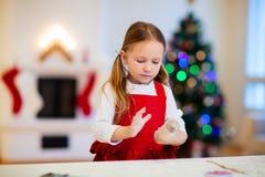 Μπισκότα Χριστουγέννων ψησίματος κοριτσιών Στοκ εικόνες με δικαίωμα ελεύθερης χρήσης