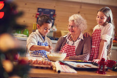 Μπισκότα Χριστουγέννων ψησίματος με τη γιαγιά στα Χριστούγεννα στοκ εικόνες