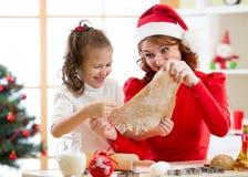 Μπισκότα Χριστουγέννων ψησίματος μητέρων και κορών στο διακοσμημένο δέντρο Το Mom και το παιδί ψήνουν τα γλυκά Χριστουγέννων Οικο Στοκ Εικόνες