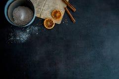 Μπισκότα ψησίματος στη σύγχρονη κουζίνα στοκ φωτογραφία με δικαίωμα ελεύθερης χρήσης