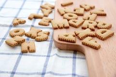 Μπισκότα ABC στο ξύλινο πιάτο Στοκ Φωτογραφίες