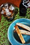 Μπισκότα Biscotti στο μπλε πιάτο aqua Στοκ εικόνα με δικαίωμα ελεύθερης χρήσης