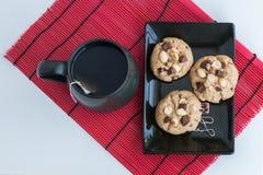 Μπισκότα Chocochip + φυστικιών με το τσάι Στοκ Εικόνες