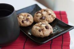 Μπισκότα Chocochip + φυστικιών με το τσάι Στοκ φωτογραφία με δικαίωμα ελεύθερης χρήσης
