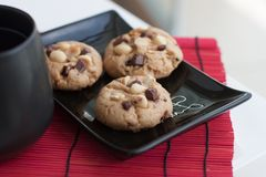 Μπισκότα Chocochip + φυστικιών με το τσάι Στοκ φωτογραφίες με δικαίωμα ελεύθερης χρήσης