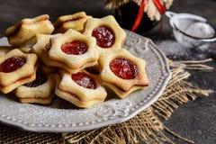 Μπισκότα Linzer Χριστουγέννων με τη μαρμελάδα Στοκ εικόνα με δικαίωμα ελεύθερης χρήσης