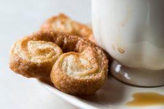Μπισκότα Palmier με το φλυτζάνι καφέ Στοκ Φωτογραφία