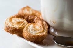 Μπισκότα Palmier με το φλυτζάνι καφέ Στοκ Εικόνες