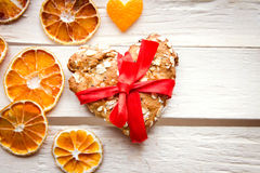 Μπισκότο ημέρας βαλεντίνου με τα ξηρά πορτοκάλια στοκ εικόνα