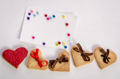 Μπισκότο-καρδιές, κενά κάρτα και colorfull κουμπιά Στοκ εικόνα με δικαίωμα ελεύθερης χρήσης