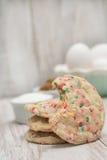 Μπισκότο κομφετί το δάγκωμα που λαμβάνονται με και τα αυγά Στοκ εικόνες με δικαίωμα ελεύθερης χρήσης