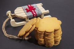 Μπισκότο μελοψωμάτων και έλκηθρο Santa, σε ένα σκοτεινό υπόβαθρο στοκ εικόνες με δικαίωμα ελεύθερης χρήσης