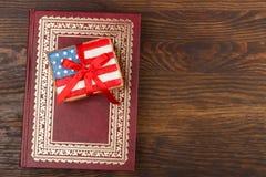 Μπισκότο με τα αμερικανικά πατριωτικά χρώματα με την κορδέλλα Στοκ εικόνες με δικαίωμα ελεύθερης χρήσης