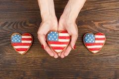 Μπισκότο με τα αμερικανικά πατριωτικά χρώματα στα χέρια Στοκ φωτογραφία με δικαίωμα ελεύθερης χρήσης