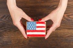 Μπισκότο με τα αμερικανικά πατριωτικά χρώματα στα χέρια Στοκ εικόνα με δικαίωμα ελεύθερης χρήσης