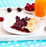 Μπισκότο με τα κεράσια και ένα ποτήρι του χυμού Στοκ Φωτογραφίες