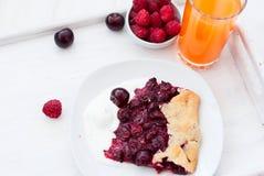 Μπισκότο με τα κεράσια και ένα ποτήρι του χυμού Στοκ φωτογραφία με δικαίωμα ελεύθερης χρήσης