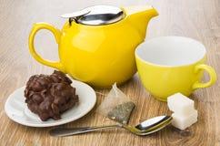 Μπισκότο με τη σοκολάτα και τα καρύδια, teapot, φλυτζάνι, teabag, ζάχαρη Στοκ Εικόνες
