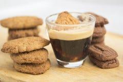 Μπισκότο που ενυδατώνεται στον καφέ espresso Στοκ εικόνα με δικαίωμα ελεύθερης χρήσης