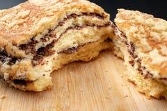Μπισκότο που σπάζουν νόστιμο στο μισό Φρέσκο ψωμί σε έναν πίνακα κουζινών στοκ φωτογραφίες με δικαίωμα ελεύθερης χρήσης
