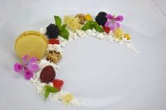 Μπισκότο, πλαστά χαβιάρι και φρούτα Στοκ εικόνες με δικαίωμα ελεύθερης χρήσης
