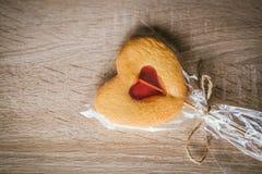 Μπισκότο σε ένα ραβδί υπό μορφή καρδιάς στοκ εικόνες