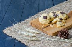 Μπισκότο στο δίσκο σε ξύλινο Στοκ Εικόνες