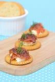 Μπισκότο τυριών κρέμας σολομών στο εκλεκτής ποιότητας υπόβαθρο Στοκ εικόνα με δικαίωμα ελεύθερης χρήσης