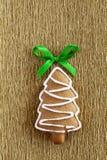 Μπισκότο Χριστουγέννων πιπεροριζών στη χρυσή ανασκόπηση Στοκ φωτογραφία με δικαίωμα ελεύθερης χρήσης