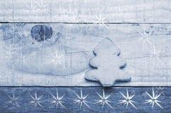 Μπισκότο χριστουγεννιάτικων δέντρων στο ξύλινο υπόβαθρο Εικόνα χιονιού flaks δέντρο χιονιού διακοσμήσεων Χριστουγέννων καλάμων κα Στοκ Εικόνες
