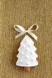 Μπισκότο χριστουγεννιάτικων δέντρων πιπεροριζών στη χρυσή ανασκόπηση Στοκ Εικόνα