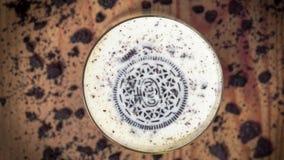 Μπισκότο Oreo που πνίγει στο ποτήρι του γάλακτος εκδοτικός απόθεμα βίντεο