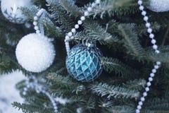 Μπιχλιμπίδια και χάντρες σε ένα χριστουγεννιάτικο δέντρο στοκ εικόνες