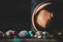 Μπιχλιμπίδια Χριστουγέννων σε ένα υπόβαθρο χαλκού ή χαλκού στοκ φωτογραφία με δικαίωμα ελεύθερης χρήσης