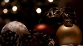 Μπιχλιμπίδι Χριστουγέννων σε έναν πίνακα στοκ εικόνες