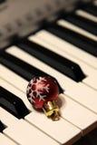 Μπιχλιμπίδι Χριστουγέννων στα πλήκτρα πιάνων στοκ φωτογραφίες με δικαίωμα ελεύθερης χρήσης