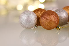 Μπιχλιμπίδια Χριστουγέννων με την αντανάκλαση Στοκ φωτογραφία με δικαίωμα ελεύθερης χρήσης