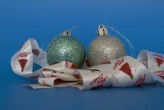 Μπιχλιμπίδια και κορδέλλα Χριστουγέννων Στοκ Εικόνες