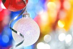 Μπιχλιμπίδια και κορδέλλες Χριστουγέννων Στοκ φωτογραφία με δικαίωμα ελεύθερης χρήσης