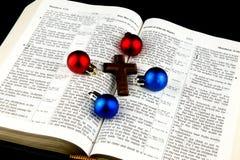 Μπιχλιμπίδια και σταυρός Χριστουγέννων στη Βίβλο στο μαύρο υπόβαθρο Στοκ φωτογραφία με δικαίωμα ελεύθερης χρήσης