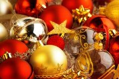 Μπιχλιμπίδια, κορδέλλες και τόξα Χριστουγέννων Στοκ φωτογραφία με δικαίωμα ελεύθερης χρήσης