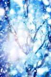 Μπιχλιμπίδια στο ασημένιο δέντρο κάτω από το συρμένο χιόνι Στοκ Φωτογραφία
