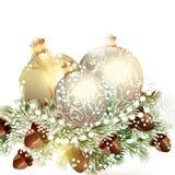 Μπιχλιμπίδια Χριστουγέννων με τα δέντρα έλατου στο λευκό Στοκ φωτογραφία με δικαίωμα ελεύθερης χρήσης